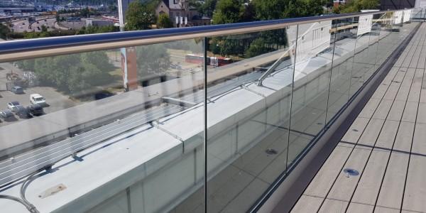 stolpefritt-glassrekkverk (18n)